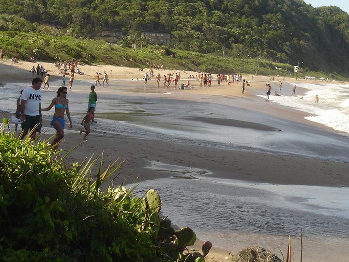 A praia do Buraco é uma das três que o viajante pode curtir na região Norte da cidade