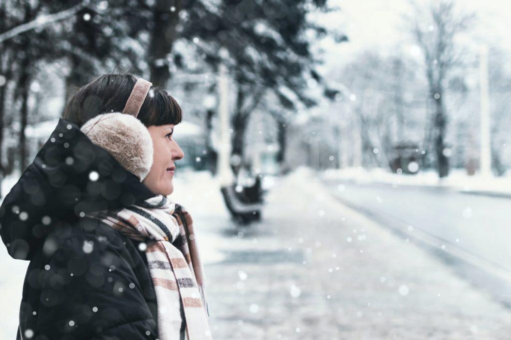 O frio intenso pode machucar a pele, por isso hidratantes e protetor solar devem estar na mala para a neve