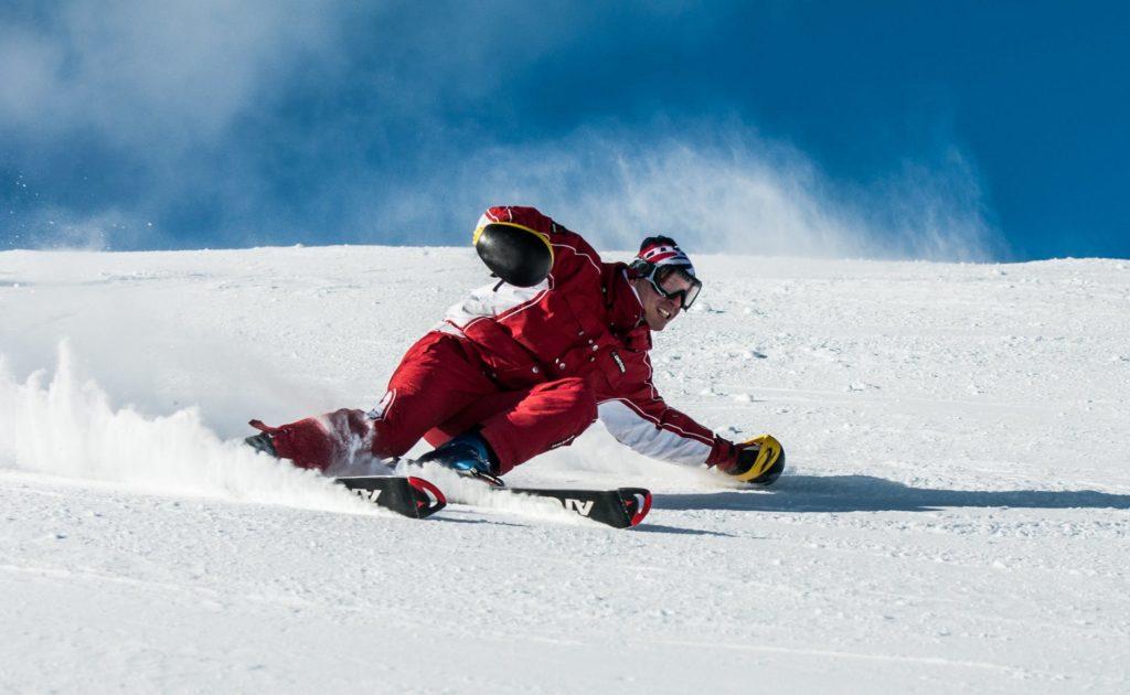 A mala para a neve de quem ainda vai aproveitar o esqui é um pouco mais detalhada