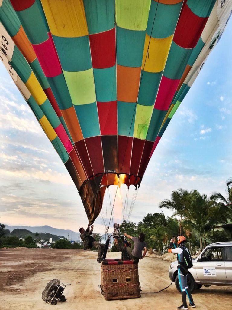 Vários passos são necessários para colocar o balão no ar