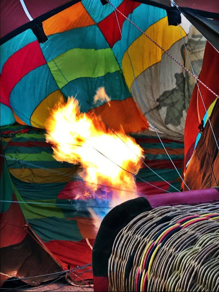 Depois de colocar o vento e poder visitar o interior do balão, eles ligam o maçarico para começar a encher de ar quente