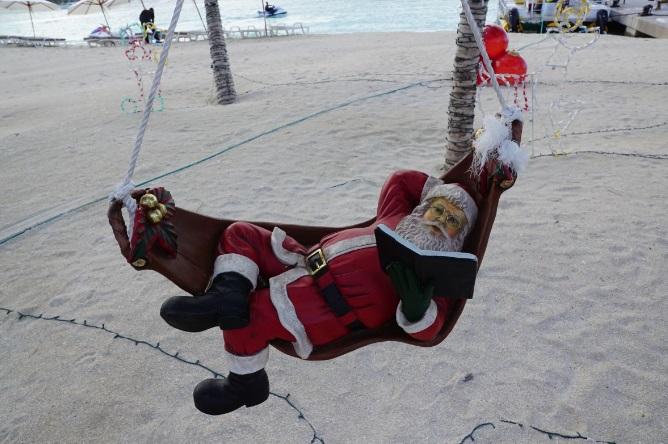 Locais como a Austrália levam o Papai Noel para a praia no Natal