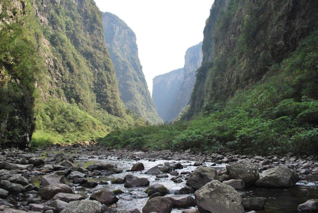 A trilha do Rio do Boi é comprida e leva tempo. Ainda assim está entre as dicas de roteiros nos Caminhos dos Cânions do Sul