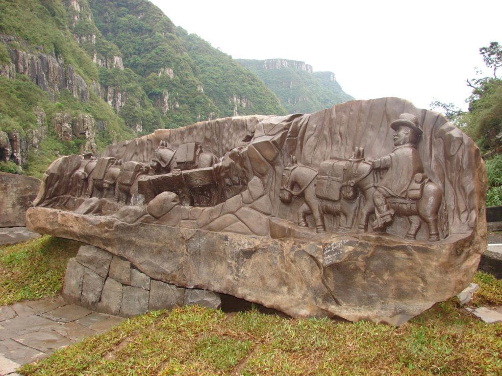 Monumento aos tropeiros presta homenagem a quem utilizou a rota para fazer o comércio local antigamente