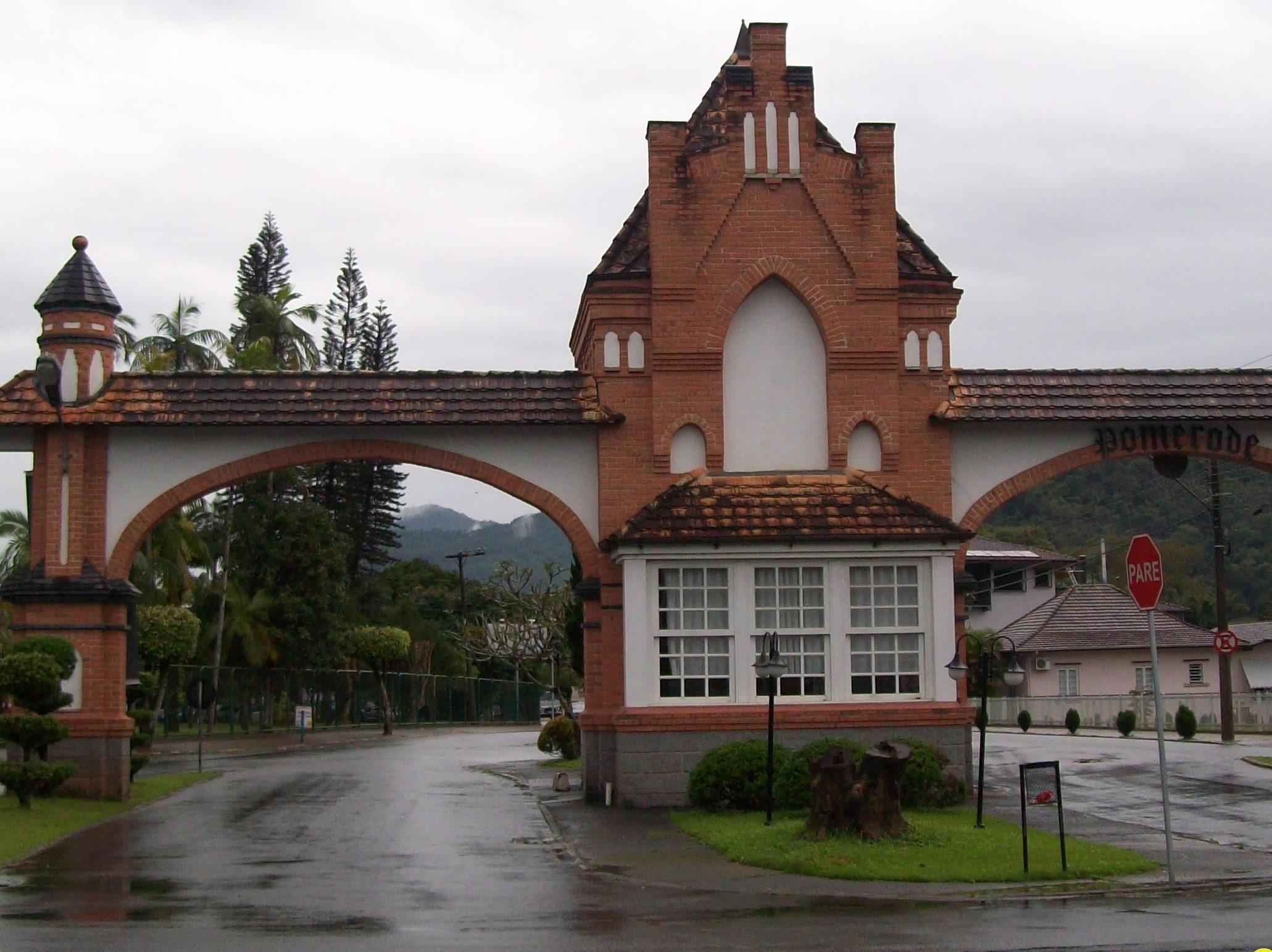 Os portais de entrada da cidade já servem para mostrar ao visitante o que conhecer em Pomerode e região