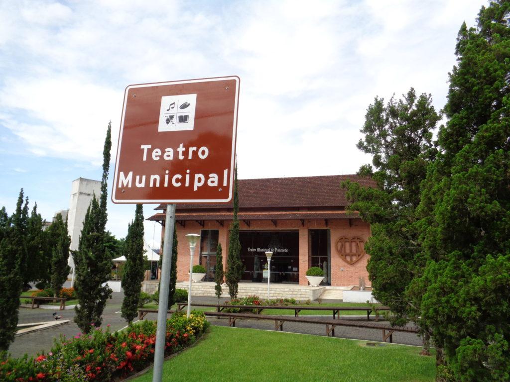 Entre os atrativos culturais, está o Teatro Municipal