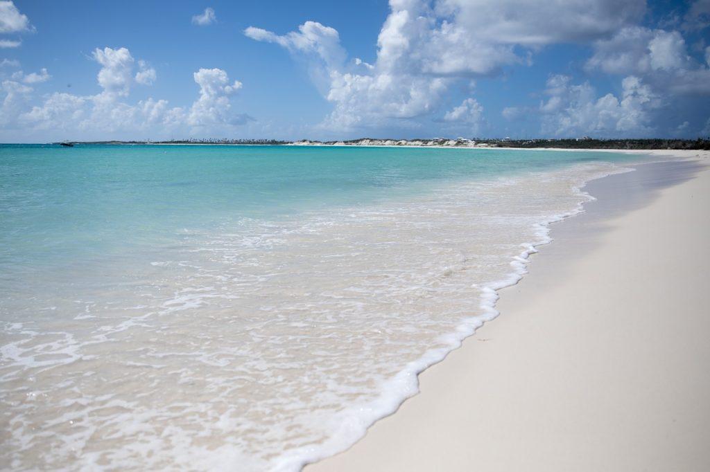 Praias azuis e areias bem claras praticamente respondem à pergunta: Por que visitar Anguilla no Caribe