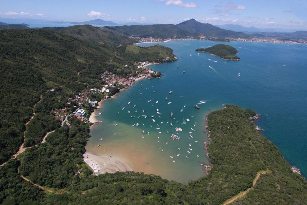 A Baía de Caixa D'Aço é um local que virou atrativo de Porto Belo