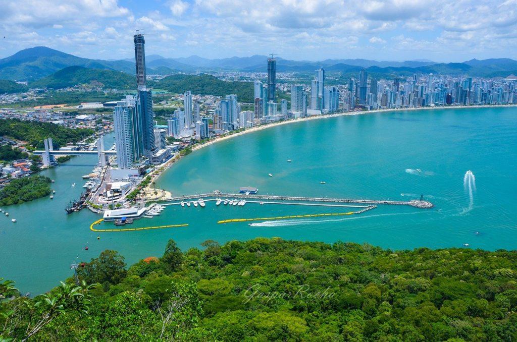 Se tiver a chance, aproveite uma das folgas da lista de quais os feriados para viajar em 2021 para conhecer Balneário Camboriú e região