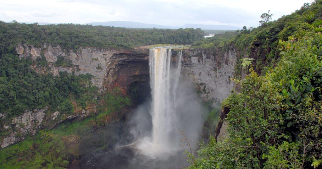 Na Guiana, Kaieteur também é uma cachoeira de grande porte