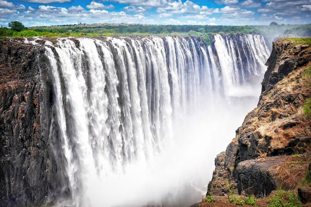 Cataratas de Victoria ficam na fronteira entre Zâmbia e Zimbábue
