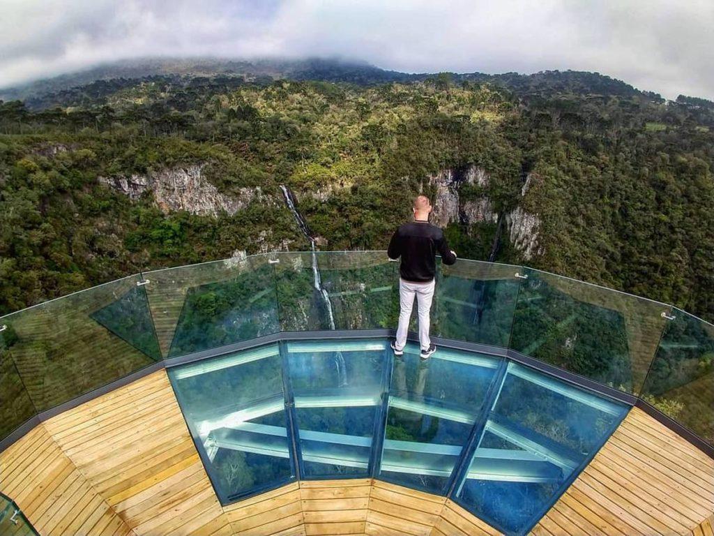 Esta outra plataforma de vidro de Urubici fica no Parque Turístico Cachoeira Papuã