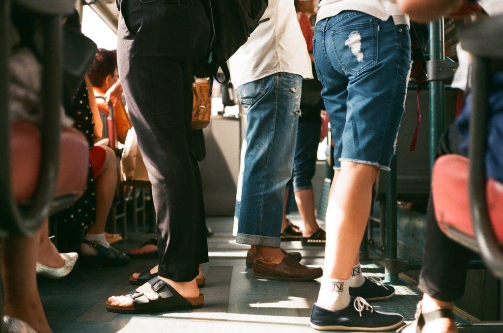 Andar de transporte público é outra dica importante para gastar menos nas viagens e viajar barato pelo Brasil