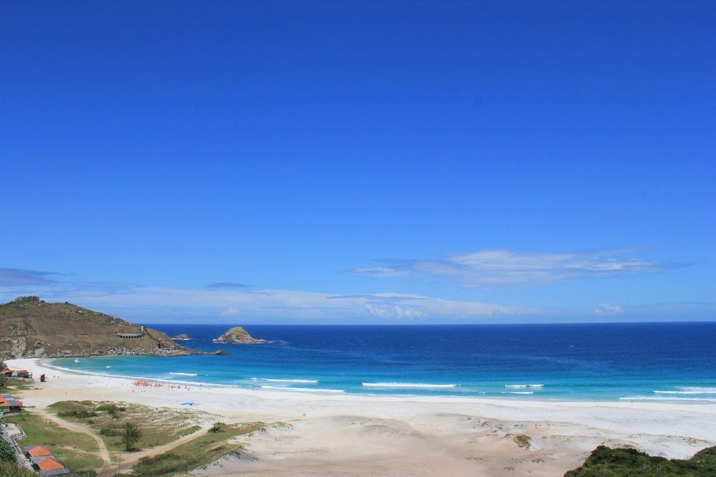 Praias incríveis de um mar azul ou verde, tons que se mesclam e estão na lista sobre o que fazer em Arraial do Cabo