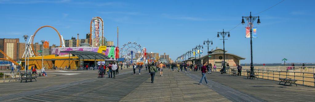Coney Island é uma praia muito visitada de Nova York