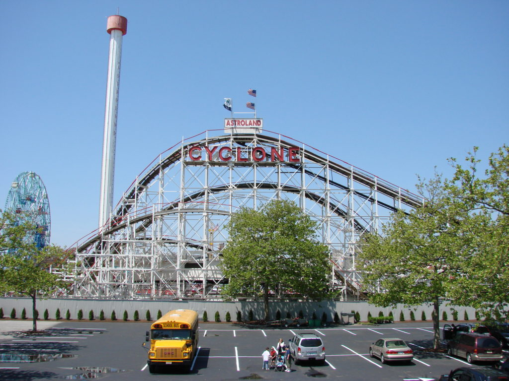 A montanha-russa Cyclone é toda feita em madeira e também está entre o que fazer em Coney Island