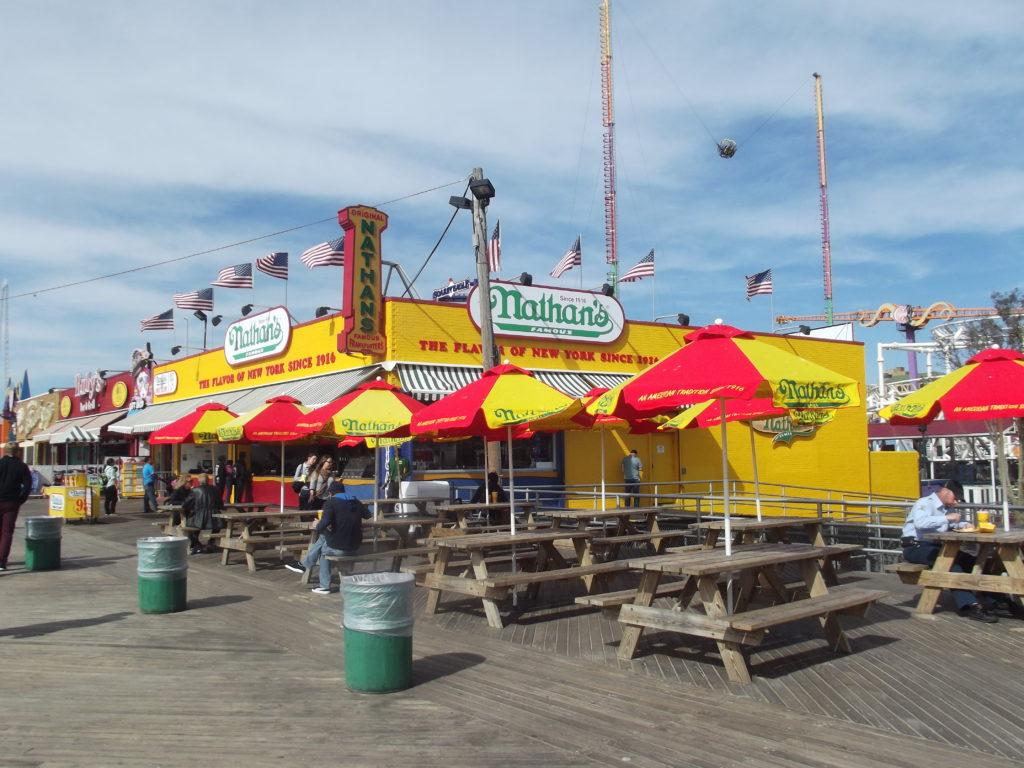 MAis antigo e hoje maior rede de cachorro-quente, a matriz do Nathan's Famous fica em Coney Island, Nova York