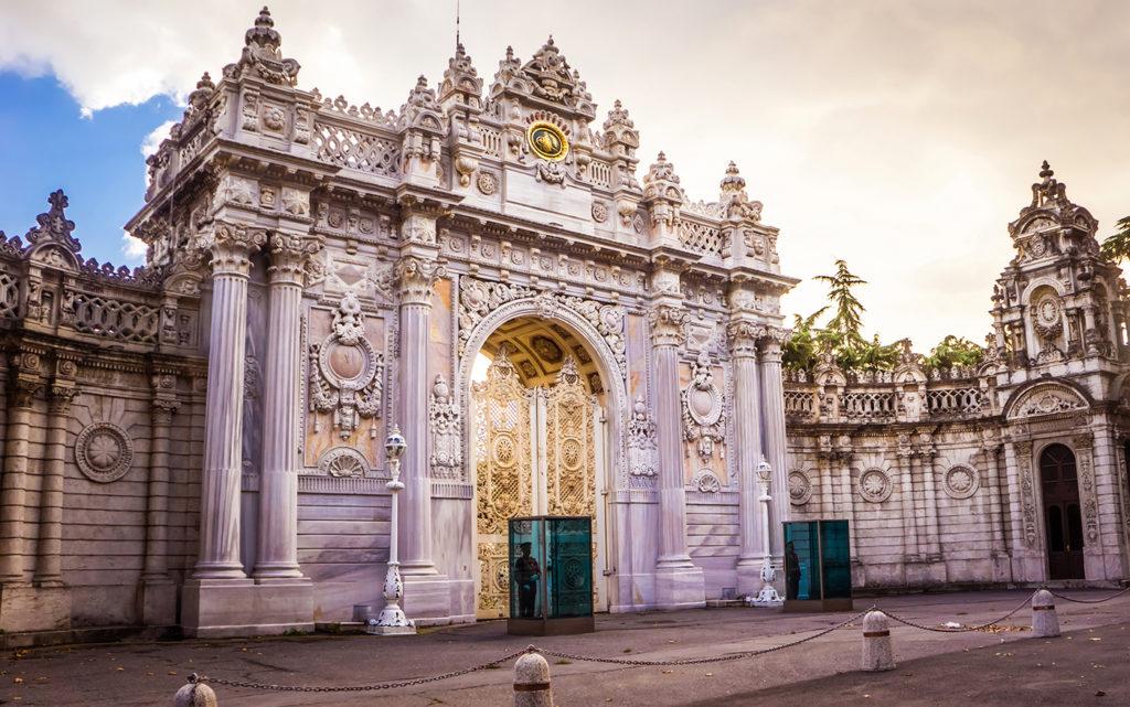 Os prédios carregam muito da história de períodos como o otomano e o bizantino