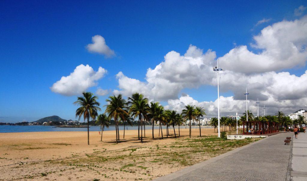 Os viajantes amam passear nas praias como alternativa do que fazer em Vitória no Espírito Santo