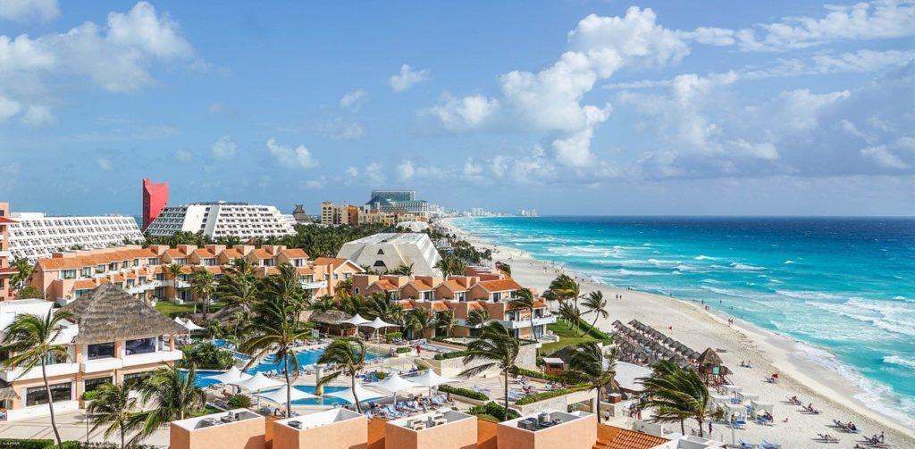 O mar azul turquesa serve de cenário para os vários resorts