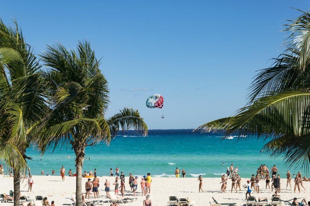 Por que viajar para Cancun? Para aproveitar as várias praias e o clima de verão o ano inteiro