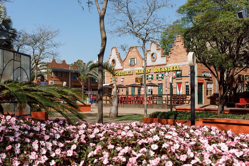 A arquitetura típica que os jardins são marcas importantes de Holambra