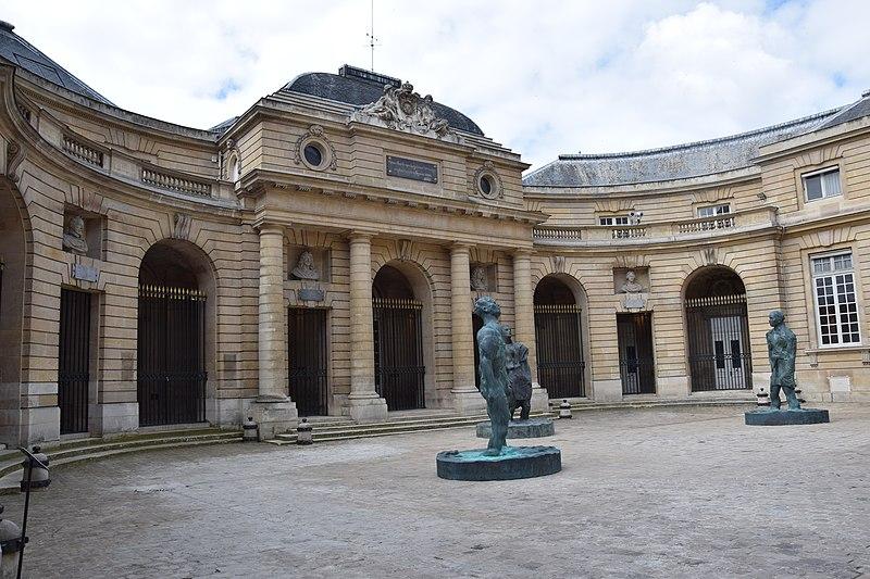 A Casa da Moeda é a mais antiga instituição a cunhar moeda seguidamente no mundo. Foi cenário de um desfile de moda na série Emily em Paris
