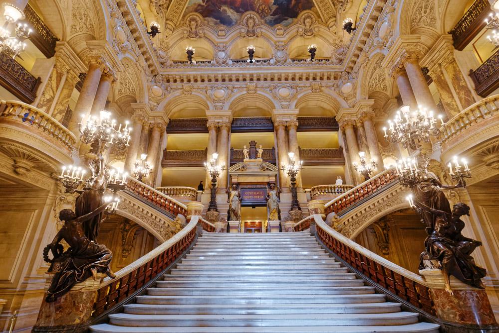 Detalhes e suntuosidade marcam o Palais Garnier na capital da França