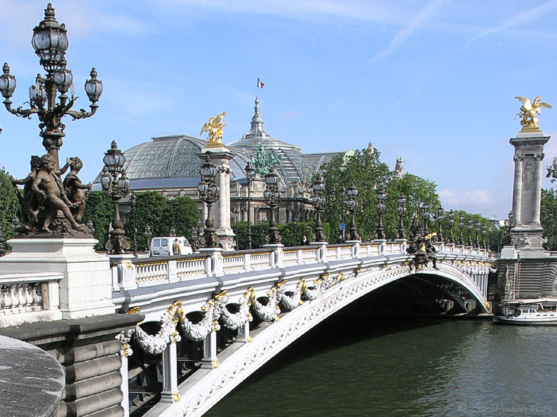 As várias pontes da cidade chamam a atenção e a Alexandre III é um dos destaques da série