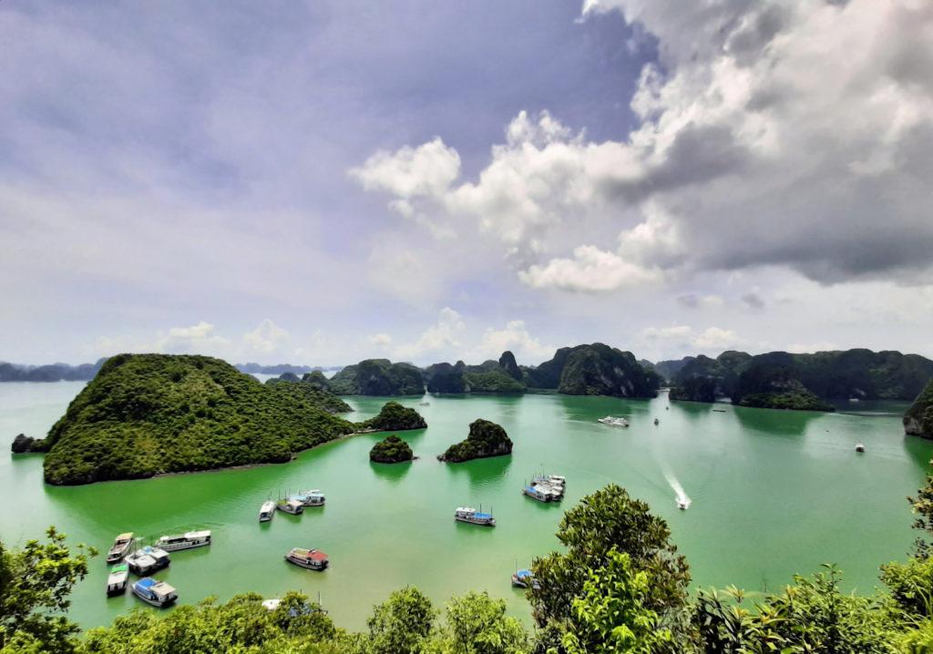 No formato de um dragão nadando na baía, Ha Long é um dos mistérios naturais do Vietnã
