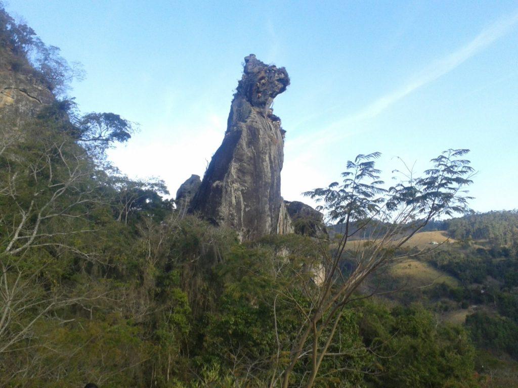 No Rio de Janeiro a Pedra do Cão Sentado fica em Nova Friburgo