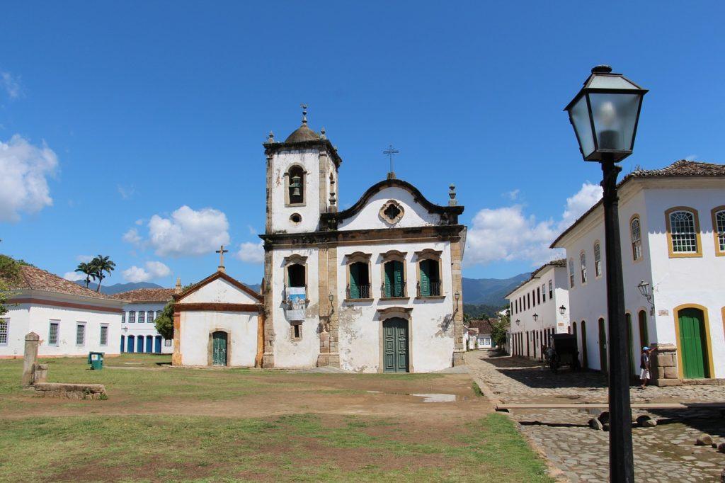 A capela central é obra arquitetônica colonial em Paraty