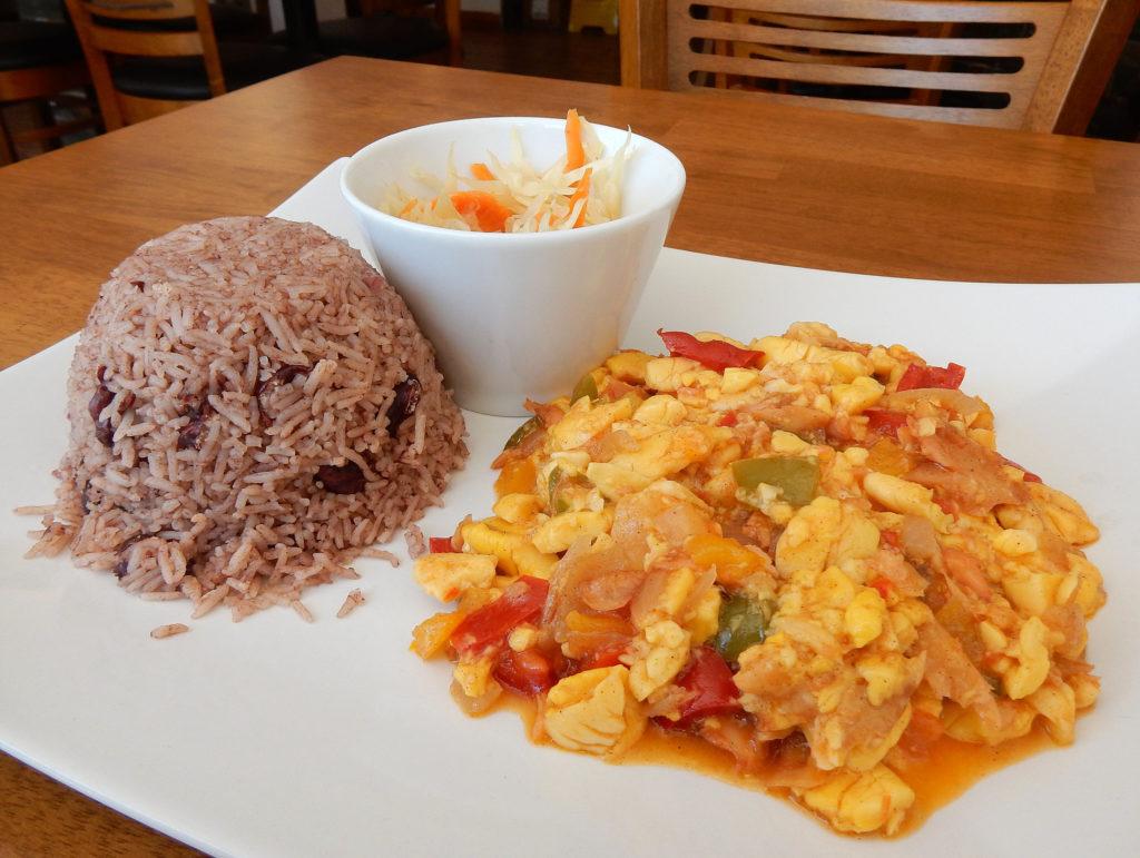 Peixe salgado e o fruto local estão no café da manhã típico da Jamaica