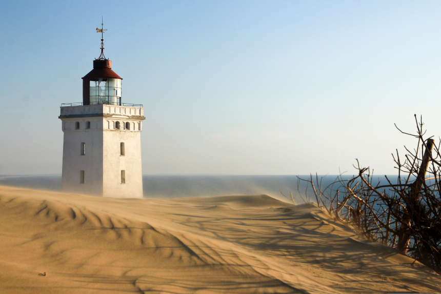 Entre os lugares abandonados para visitar pelo mundo está este farol dinamarquês