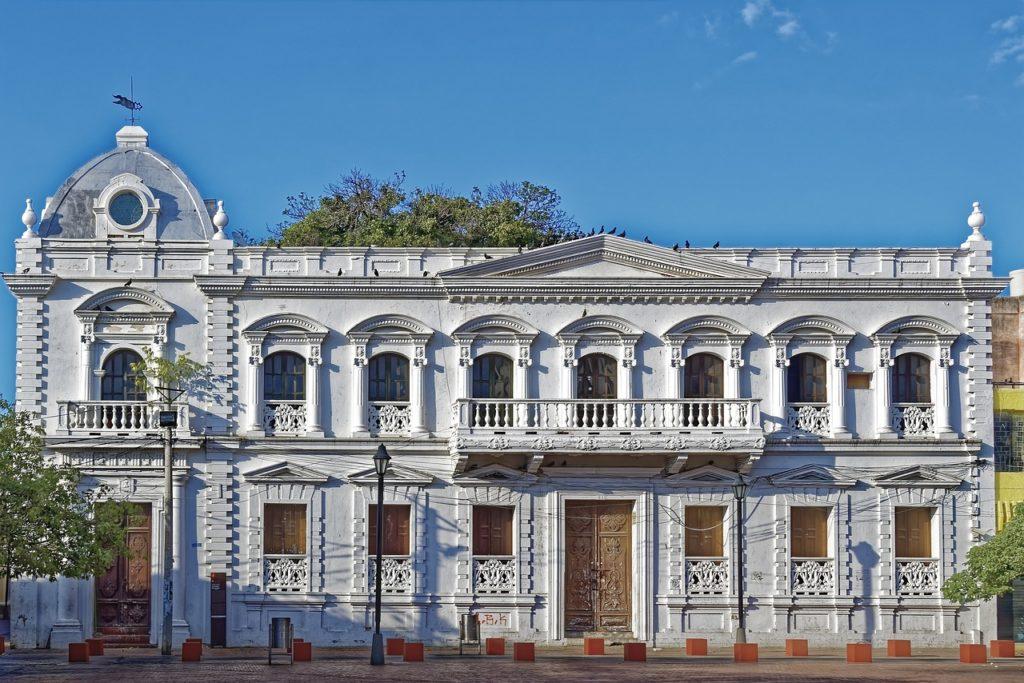 Visitar o Centro Histórico que fica perto da praia é ótima pedida em Santa Marta na Colômbia
