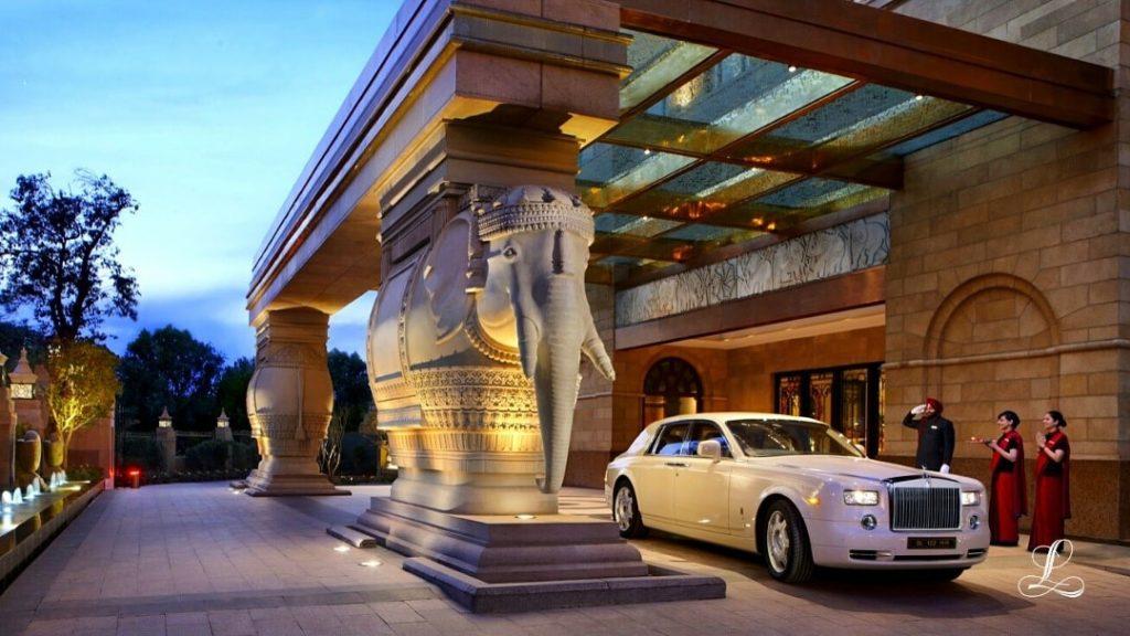 Luxo, conforto e sofisticação em hotéis como este da rede The Leela