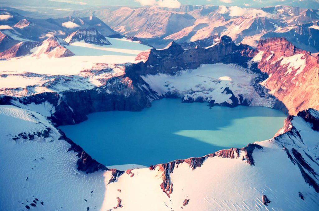 7 parques para explorar no Alasca: o Katmai tem milhares de ursos pardos