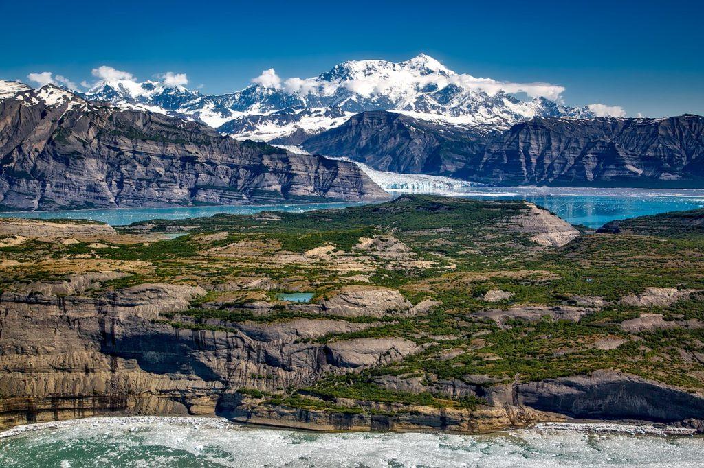 Entre os maiores parques para explorar no Alasca está o Saint Elias