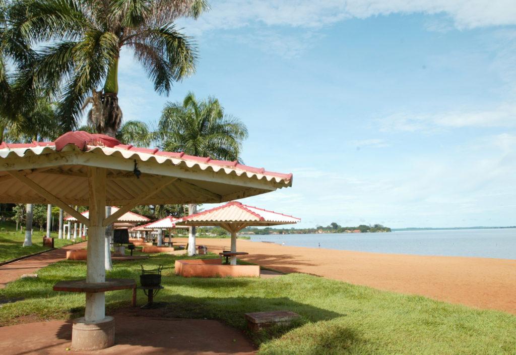 Praia e estrutura adequada de balneário em Miguelópolis
