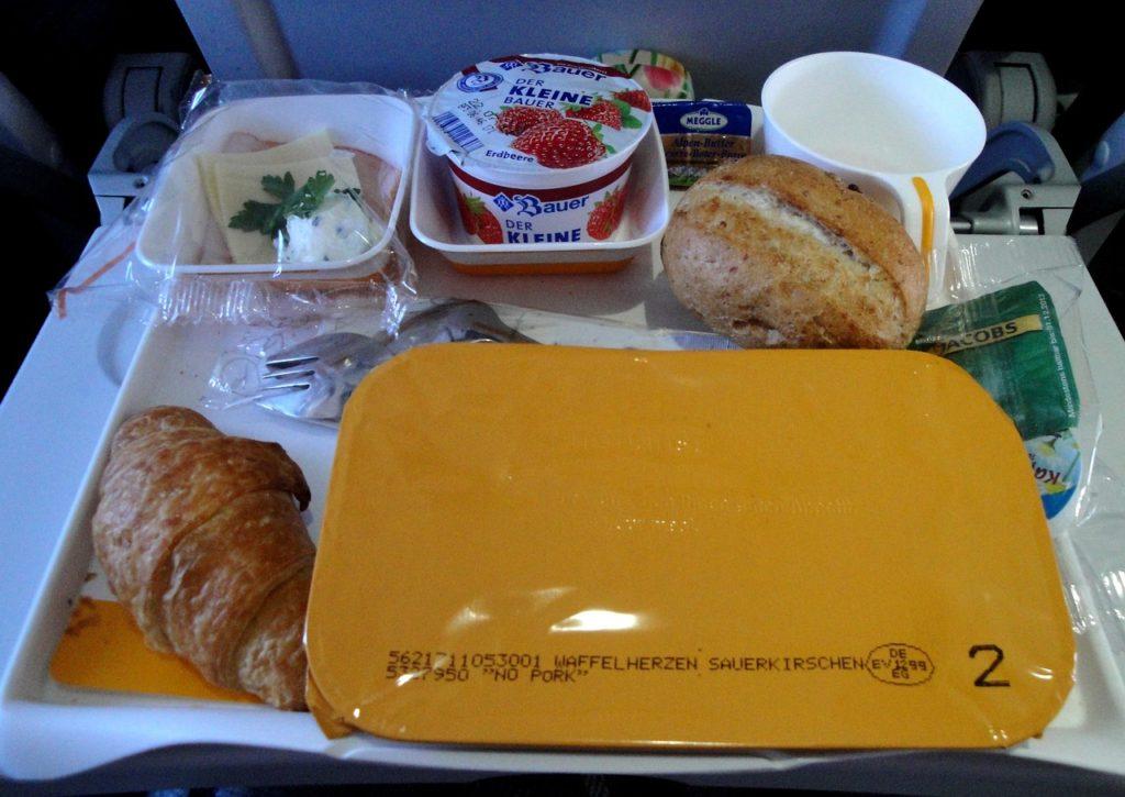As comidas de bordo são comuns apenas em voos longos