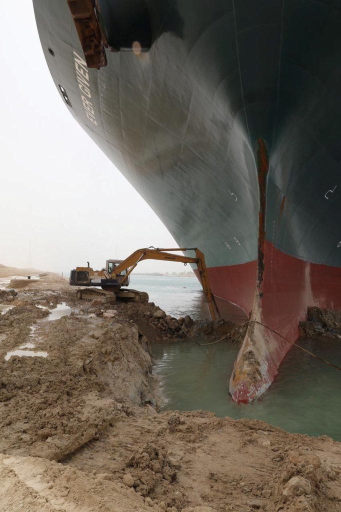 Mega navio atravanca a passagem do Canal de Suez