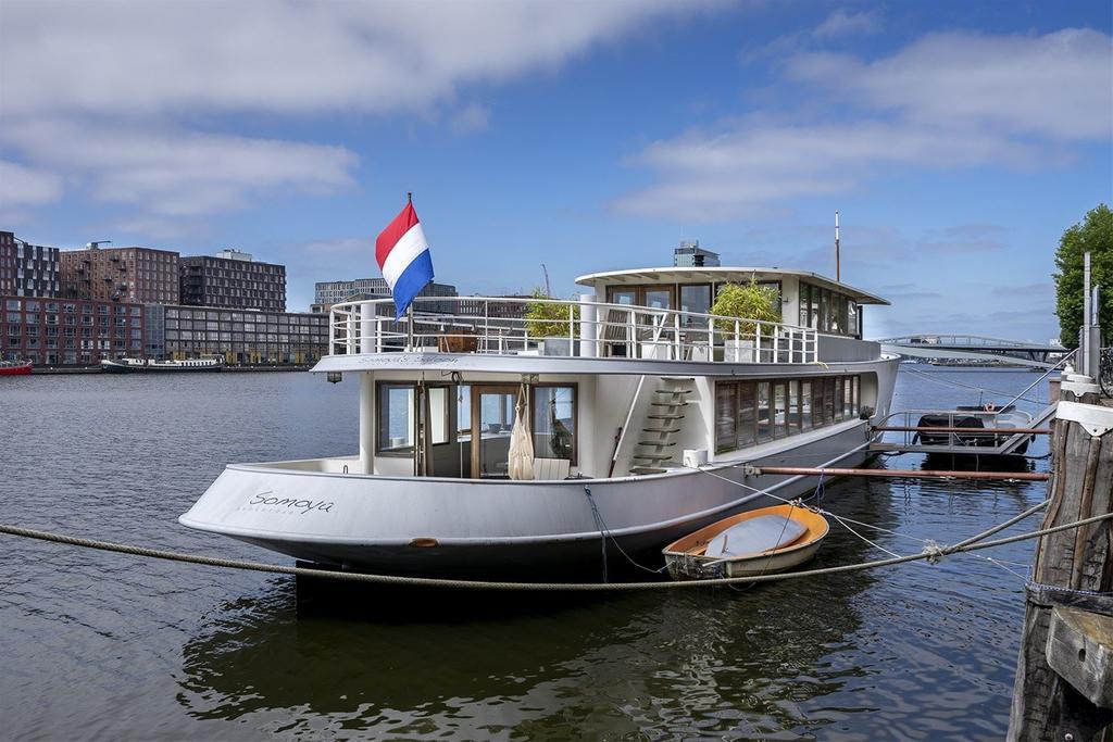 A estrutura é de muito conforto neste barco de Amsterdã que também faz parte da lista de quais os melhores barcos para se hospedar no mundo