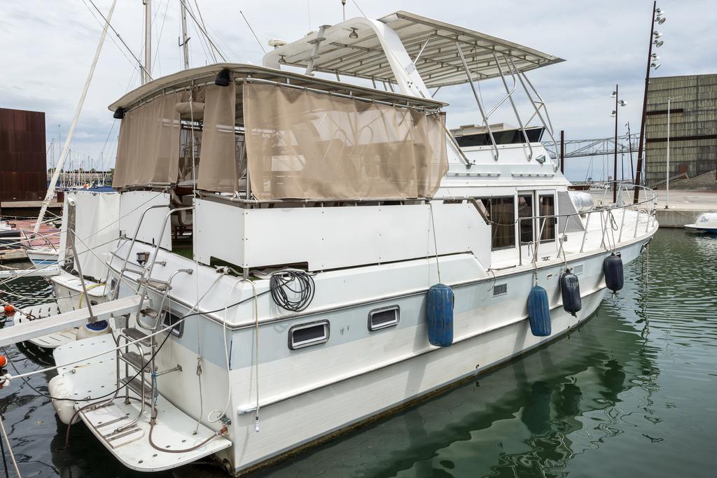 O barco fica atracado numa marina de Barcelona