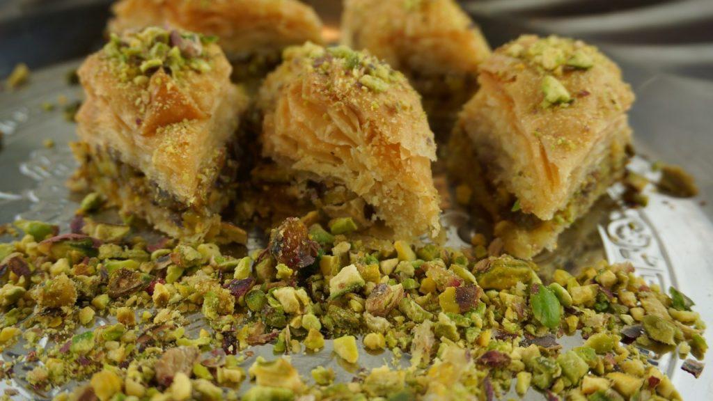 Nem as sobremesas escapam. Elas fazem parte da lista dos principais pratos da culinária árabe