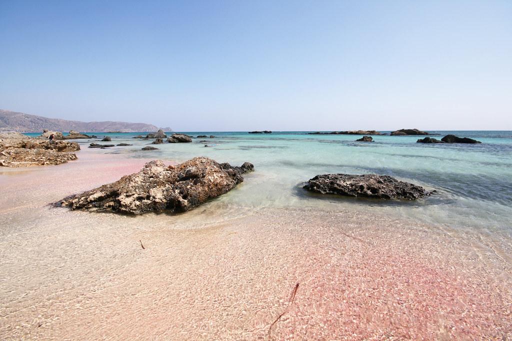 Com areia rosácea, esta praia da Grécia também está na lista