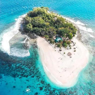 Areia muito branca e mar azul turquesa na Ilha Irmão