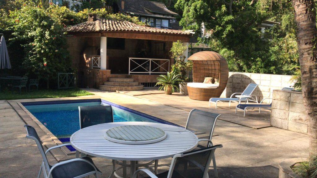Existe aluguel de piscina? Nova plataforma coloca as pessoas em contato com quem tem piscina para alugar