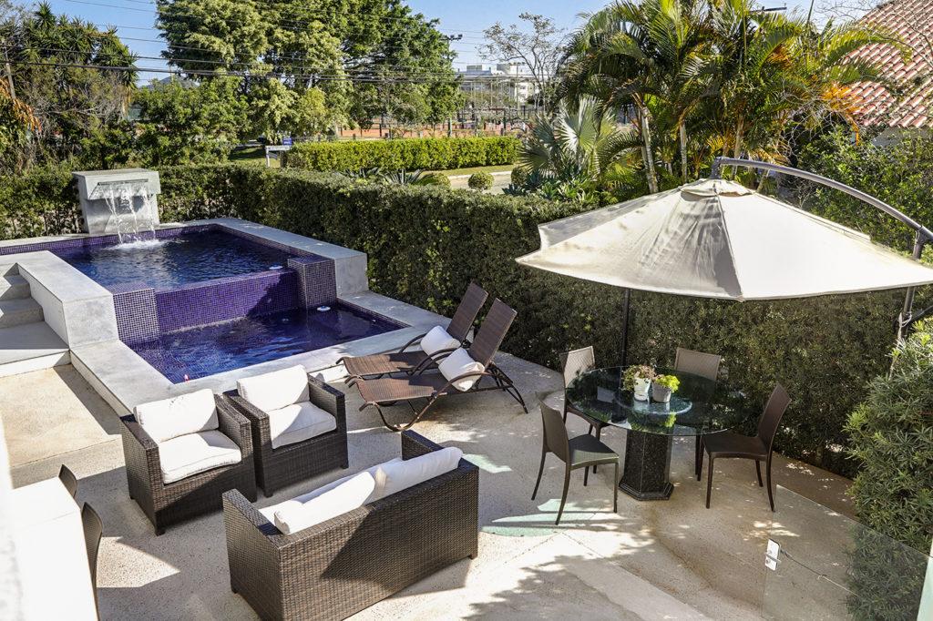 Em Jurerê Internacional esta área de lazer tem piscina luxuosa
