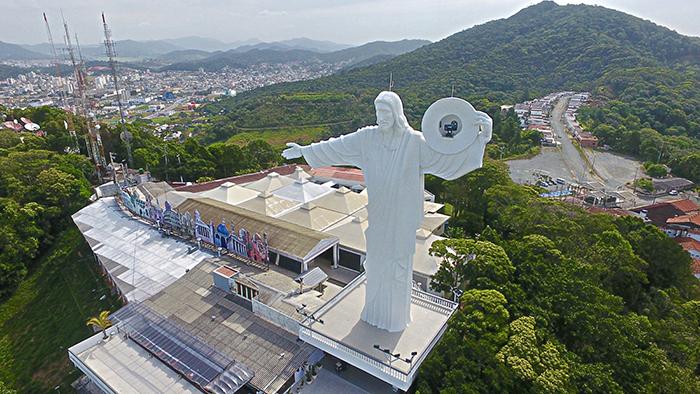 Do alto o Cristo Luz abençoa a cidade de Balneário Camboriú