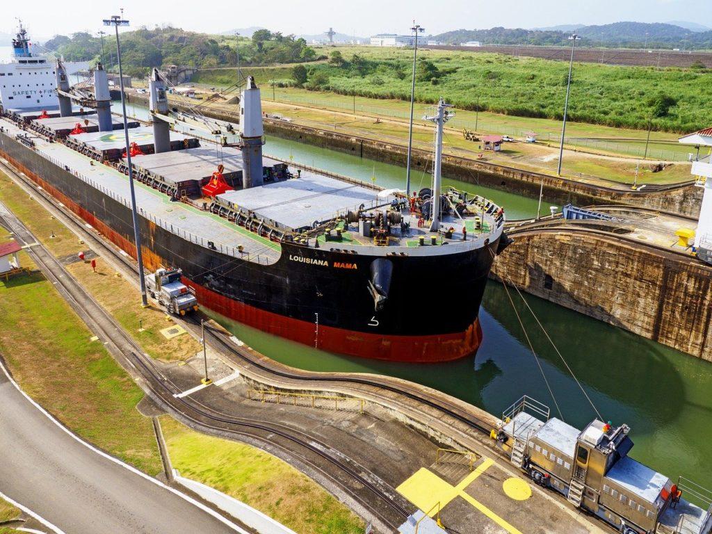 O Canal do Panamá também auxilia na rota comerciais de navios de todo o mundo